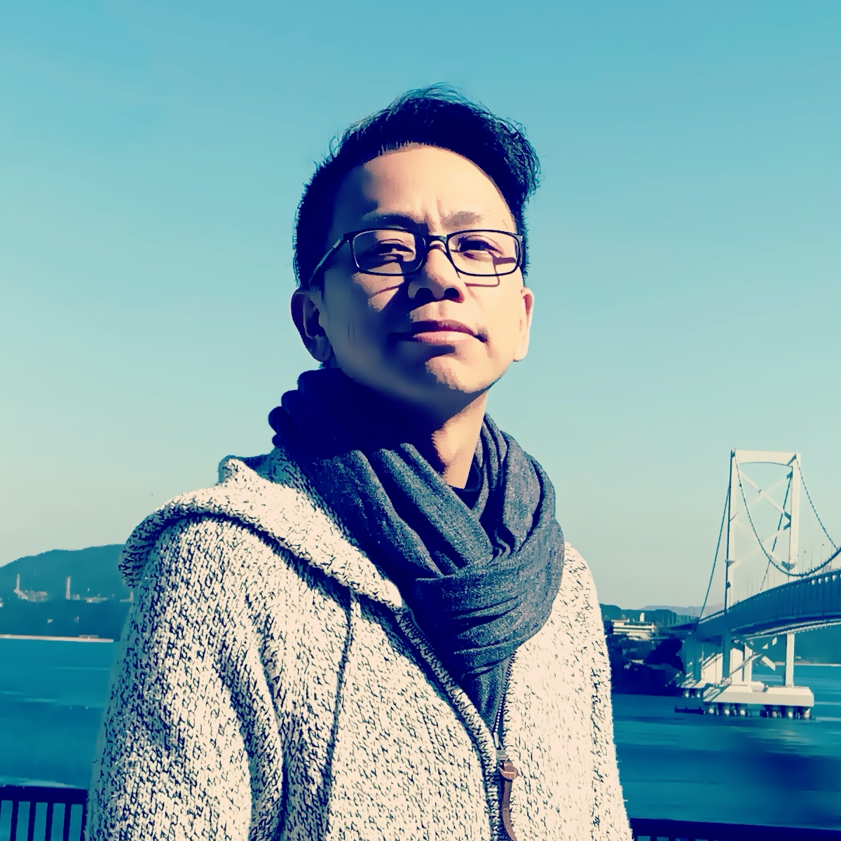 旋律工房音樂製作 音樂總監,音樂製作⼈、作曲家、作詞家、編曲家、吉他手、配樂作家。 20年⾳樂創作資歷,⾳樂風格廣泛,累積作品涵蓋華語、日語流行、配樂領域超過百首以上,發⾏之作品橫跨中國、台灣、⽇本、美國。作詞作曲及編曲合作藝人包括カラーポワント、岡本信彦、あゆたーり、鬼卞、鬼鬼吳映潔、蕭敬騰…,參與配樂製作有電視節目《聲林之王》,《歌手2020》、偶像劇《狼王子》、《人際關係事務所》、Netflix/BBC劇集《GIRI/HAJI》等。活躍於台灣、日本流行音樂圈及影視配樂界,致力於台日音樂製作人材及詞曲版權交流。